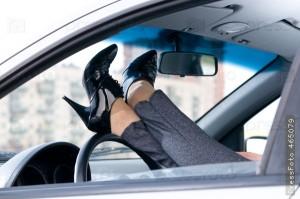 Американка набирала СМС двома руками, керуючи машиною ногою